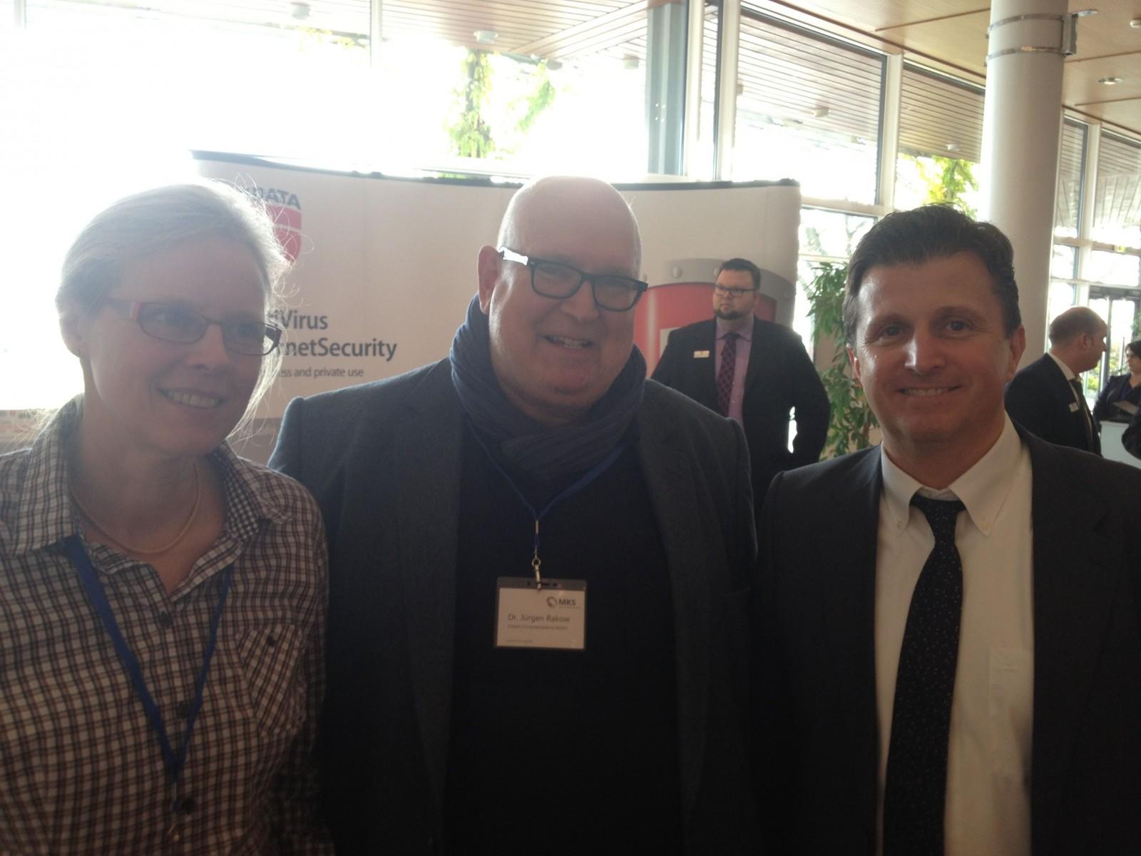 Prominenter Besuch in Friedrichshafen: Der ehemalige Vobis-Chef Jürgen Rakow mit seiner Frau Gabriele (beide Chipset Computersysteme) und MKS-Chef Michael Kempf.