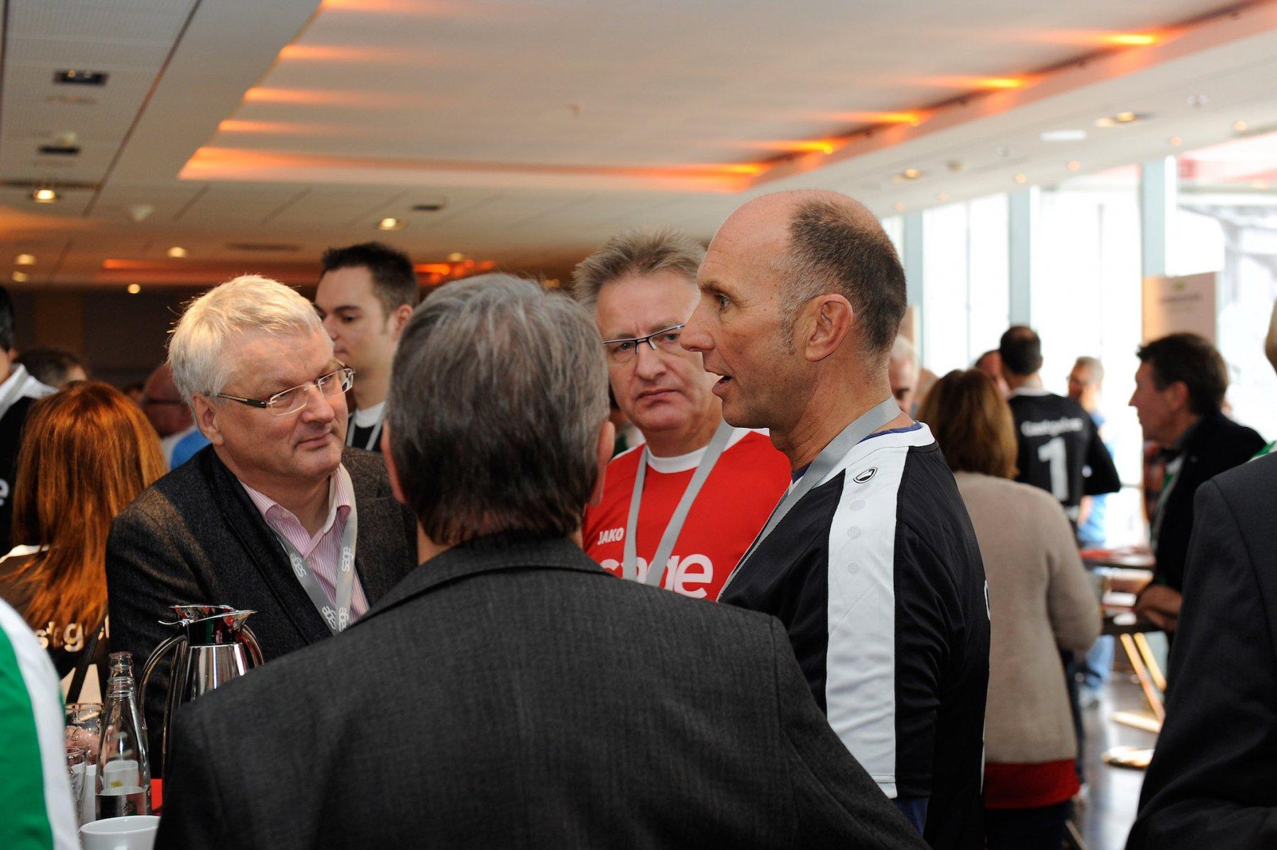 Sage-Zentraleuropachef Rainer Downar im Gespräch mit Partnern