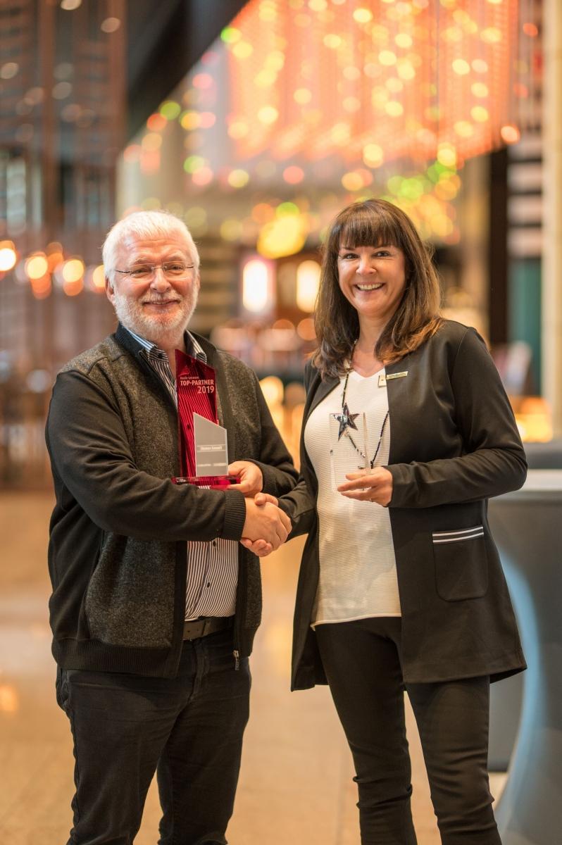Michael Ziemer, der Gewinner des diesjährigen Lexware-Partner-Awards, erhält den Preis von Diana Bonarius, Director Sales für Software und IT-Channels bei Lexware