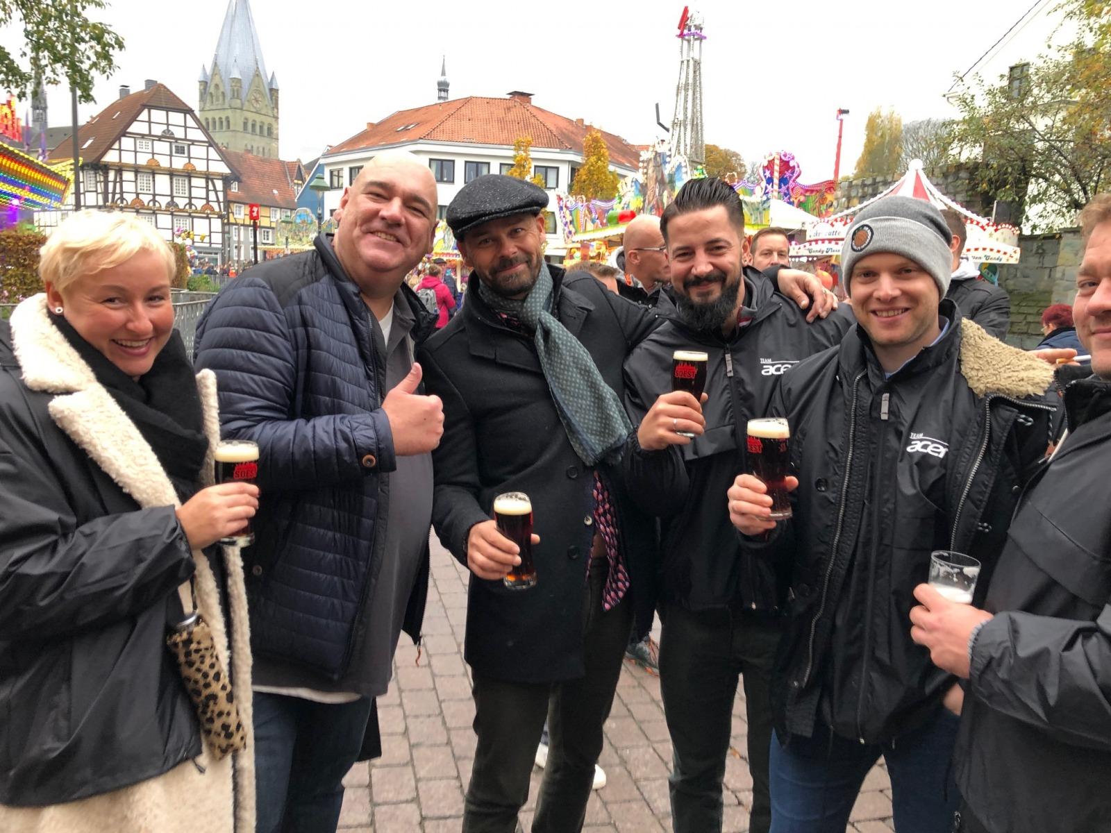 """Siewert & Kau feierte in der """"Solista"""" und startete natürlich auch die beliebten Kirmesrundgänge. Hier stärkt sich das Team """"Acer""""."""