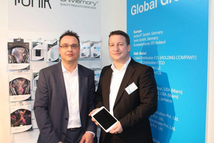 Gernot Sonnek (links) und Jochen Bless am Action-Stand im CeBIT-Fachhandelszentrum Planet Reseller