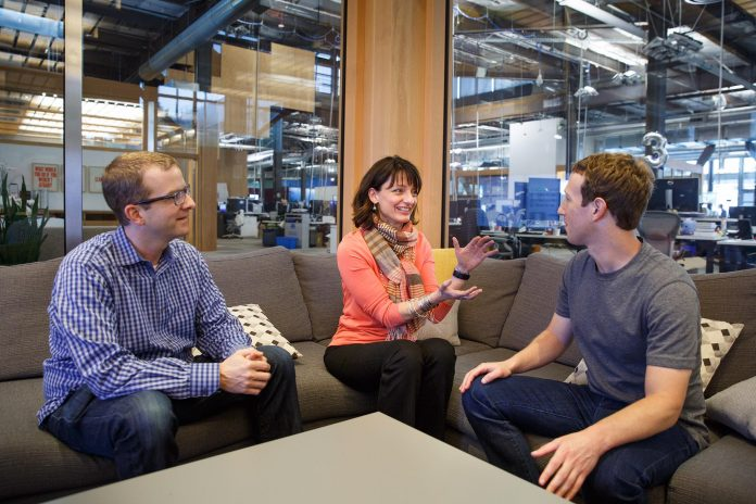 Regina Dugan im Gespräch mit Mark Zuckerberg (Foto: Facebook)