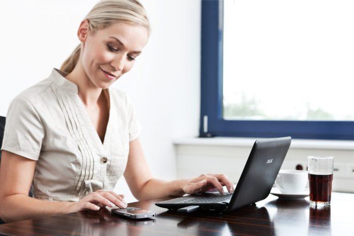 Bei einer guten Online-Bewertung der Firma freut sich der Bewerber...