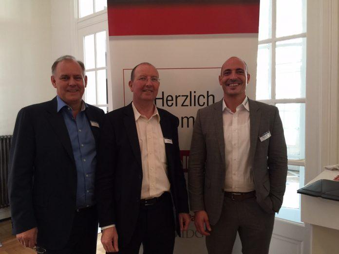 Gruppenbild mit Investor: Paul Eccleston von der Rigby Group (links) mit Chairman Ian Kilpatrick und Deutschland-Chef Helge Scherff (rechts)